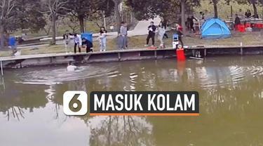 Detik-detik seorang bocah melompat ke sebuah kolam. Ia berhasil diselamatkan oleh warga yang tengah memancing di sekitar tempat kejadian.