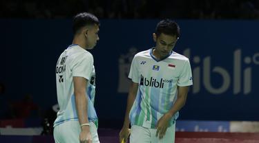 Ganda putra Indonesia, Fajar Alfian / Muhammad Rian, usai dikalahkan Takuro Hoki / Yugo Kobayashi pada Indonesia Open 2019 di Istora Senayan, Jumat (19/7). Fajar / Rian kalah 19-21 dan 12-21. (Bola.com/Yoppy Renato)