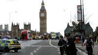 Pada 22 Maret 2017, teror terjadi di Inggris. Seorang pria menabrakkan mobil ke arah pejalan kaki di Jembatan Westminster, London dan menewaskan 4 orang. Setelah itu, ia menabrak pagar Gedung Parlemen dan menikam seorang polisi. (AP Photo/Matt Dunham)