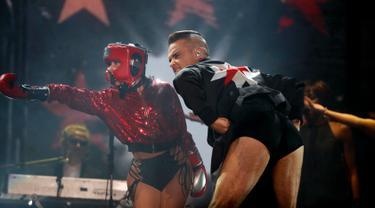 Robbie Williams tampil selama Festival Musik Corona Capital di Meksiko (17/11). Di atas panggung penyanyi Inggris ini kembali menunjukkan celana dalamnya bergambar harimau yang pernah digunakannya di video Rock DJ tahun 2000. (AP Photo/Eduardo Verdugo)