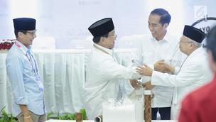 Dua pasang capres-cawapres Prabowo Subianto-Sandiaga Uno dan Joko Widodo-Ma'ruf Amin Usai pengundian nomor urut peserta Pemilu 2019 di Kantor KPU, Jakarta, Jumat (21/9).  (Liputan6.com/Faizal Fanani)