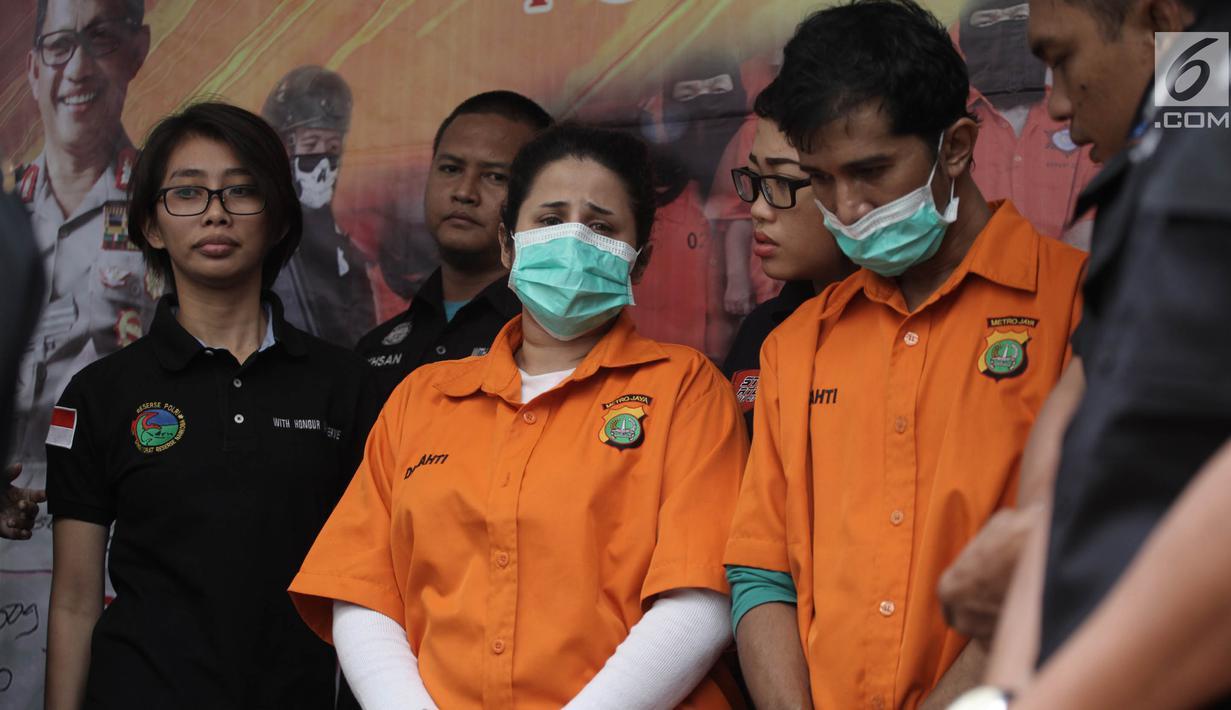 Artis yang juga putri bungsu ratu dangdut Elvy Sukaesih, Dhawiya Zaida bersama kakaknya Syehan dihadirkan polisi saat rilis pengungkapan kasus narkoba di Polda Metro Jaya, Jakarta, Sabtu (17/2). (Liputan6.com/Arya Manggala)