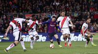 Striker Barcelona, Lionel Messi, berusaha melewati pemain Rayo Vallecano pada laga La Liga di Stadion Camp Nou, Sabtu (9/3). Barcelona menang 3-1 atas Rayo Vallecano. (AP/Manu Fernandez)