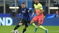 Pemain Atalanta, Papu Gomez menjaga bola dari kawalan pemain Manchester City kala berlaga di turnamen Liga Champions, Kamis (7/11/2019). (Dok. Twitter/Atalanta)