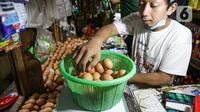 Pedagang menimbang telur di Pasar Tebet Timur, Jakarta, Jumat (11/6/2021). Sebelumnya, pemerintah berencana menjadikan bahan pokok sebagai objek pajak. (Liputan6.com/Faizal Fanani)