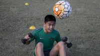 Gelandang Timnas Indonesia U-16, Rendy Juliansyah, pendinginan usai melawan Kabomania U-17 pada laga uji coba di Stadion Atang Sutresna, Jakarta Timur, Jumat (8/9/2017). Timnas U-16 menang 6-1 atas Kabomania U-17. (Bola.com/Vitalis Yogi Trisna)