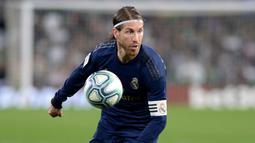 1. Sergio Ramos - Sergio Ramos dikenal sebagai bek dengan permainan paling keras di Liga Spanyol. Pemain berusia 34 tahun ini tampil apik dan turut menyumbangkan satu gol lewat titik penalti dalam laga El Calsico Real Madrid melawan Barcelona beberapa waktu lalu. (AFP/Cristina Quicler)