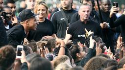 Bintang Prancis, Kylian Mbappe, menyapa fans saat mengunjungi markas AS Bondy di Paris, Rabu (17/10). Kunjungan ke klub pertamanya ini dilakukan setelah dirinya meraih gelar Piala Dunia 2018. (AFP/Franck Fife)