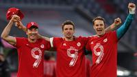Para pemain Bayern Munchen merayakan gelar juara Bundesliga 2020/2021, Sabtu (8/5/2021). (CHRISTOF STACHE / POOL / AFP)