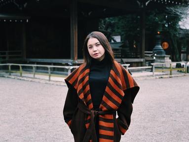 Pemilik nama lengkap Sri Rossa Roslaina Handiyani itu kian terkenal di dunia hiburan. Tak hanya bersuara merdu, tembang-tembangnya juga selalu nikmat untuk didengar. Selain jago menyanyi, Rossa juga dikenal dengan wajahnya yang awet muda serta gayanya yang modis. (Liputan6.com/IG/@itsrossa910)