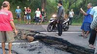 Jalan yang amblas terjadi di Kecamatan Tomo, Kabupaten Sumedang, yang mengakibatkan kemacetan sejak pukul 07.00 WIB. (Liputan6.com/Panji Prayitno)