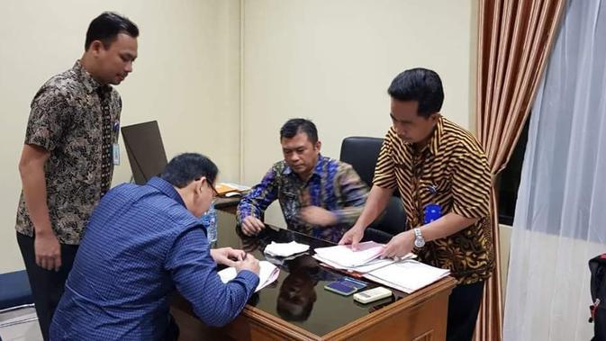Anok saat mengurus administrasi bebas murni di Mako Brimob, Depok. (Tim BTP)