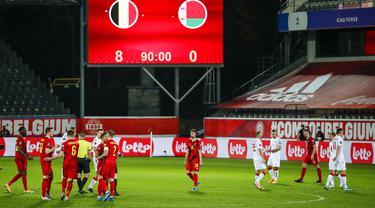 Pemain Belgia dan Belarusia pada akhir pertandingan Grup E kualifikasi Piala Dunia 2022 di Stadion King Power, Leuven, Belgia, Selasa (30/3/2021). Belgia menang 8-0. (AP Photo/Francisco Seco)