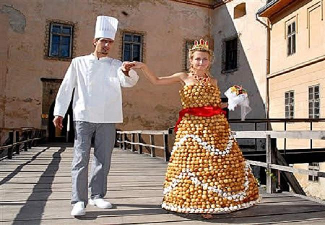 ratusan telur yang disusun gaun pengantin unik