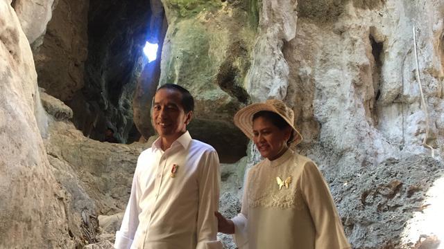 Momen Jokowi Dan Iriana Menyusuri Batu Terjal Di Goa Batu