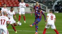 Striker Barcelona, Ousmane Dembele (kedua dari kanan) melepaskan tendangan yang berbuah gol pertama timnya ke gawang Sevilla dalam laga leg kedua semifinal Copa Del Rey 2020/21 di Camp Nou Stadium, Rabu (3/3/2021). Barcelona menang 3-0 melalui extra time dan lolos ke babak final. (AP/Joan Monfort)