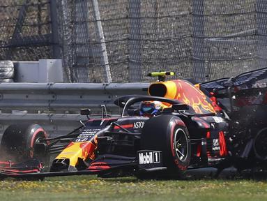Pembalap Red Bull, Alex Albon, menabrak pembatas dalam sesi latihan kedua F1 Grand Prix Inggris di sirkuit Silverstone, Inggris, Sabtu (1/8/2020). Dalam sesi latihan bebas kedua, Albon menempati urutan kedua dengan catatan waktu satu menit 27,364 detik. (AFP/Bryn Lennon/pool)