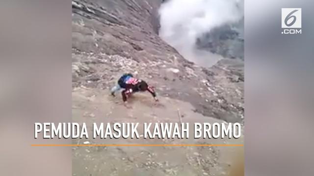 Seorang pemuda nekat merayap masuk kawah Bromo setelah ponsel rekannya terjatuh saat swafoto.