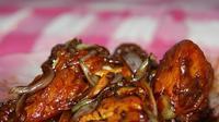 Menyantap makan malam nikmat dengan ayam kecap. Kamu bisa lihat resepnya di sini. (Via: resepmedia.com)