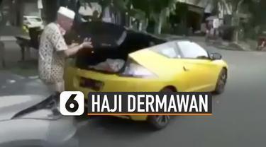 Beredar sebuah video di media sosial memperlihatkan bapak-bapak menaiki mobil mewah sedang membagikan sembako.