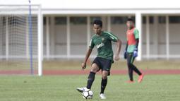 Bek Timnas Indonesia U-23, Kadek Raditya, mengontrol bola saat melawan Semen Padang pada laga ujicoba di Stadion Madya, Jakarta, Selasa (12/3). Keduanya bermain imbang 2-2. (Bola.com/Vitalis Yogi Trisna)