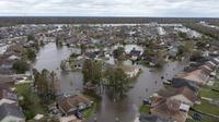 Jalan-jalan dan rumah-rumah yang terendam banjir terlihat setelah terjangan Badai Ida di subdivisi Spring Meadow di LaPlace, Louisiana, Senin (30/8/2021). Badai Ida ini sebagai salah satu badai paling kuat yang pernah melanda Amerika Serikat.  (AP Photo/Steve Helber)