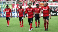 Pemain Madura United tampak lesu setelah kalah 2-4 dari Persebaya Surabaya dalam laga terakhir Grup A Piala Gubernur Jatim 2020 di Stadion Gelora Bangkalan, Madura, Jumat (14/2/2020). (Bola.com/Aditya Wany)