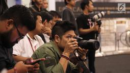 Musisi Baim saat mengambil gambar di Fashion Nation 2018 di Senayan City, Jakarta, Rabu (18/4/). Baim terlihat di deretan para fotografer saat mengambil gambar istrinya, Artika Sari Devi. (Liputan6.com/Herman Zakharia)
