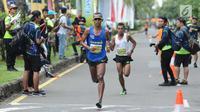 Pelari nasional, Agus Prayogo (depan) saat melaju di ajang Pertamina Eco Run 2017 kategori 10K umum pria di Pantai Karnaval Ancol, Jakarta, Sabtu (16/12). Agus menjadi yang tercepat di kategori tersebut. (Liputan6.com/Helmi Fithriansyah)