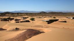 Pemandanan rumah-rumah terlantar di Desa Omani, Wadi al-Murr, Oman, 31 Desember 2020. Mantan penduduk dan wisatawan yang penasaran ramai-ramai datang untuk menemukan kembali dusun yang ditelan gurun itu. (MOHAMMED MAHJOUB/AFP)