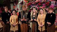 Presiden Joko Widodo bersama Ibu Negara Iriana foto bersama pengantin Kahiyang Ayu dan Bobby Nasution di Graha Saba Buana, Solo, Rabu (8/11). (Liputan6.com/Pool/Jimboengphoto)