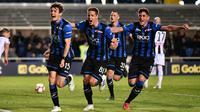 Skuat Atalanta merayakan gol penalti Marten de Roon ke gawang Udinese dalam laga lanjutan Serie A di Atleti Azzurri d'Italia Stadium, Bergamo, Selasa dini hari WIB (30/4/2019). (AP/ANSA)