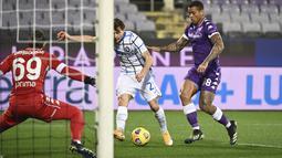 Gelandang Inter Milan, Nicolo Barella bersaing dengan bek Fiorentina, Igor Fiorentina ada lanjutan laga Liga Italia di Stadion Artemio Franchi, Sabtu dinihari WIB (6/2/2021). Inter Milan mengalahkan Fiorentina 2-0 dan menggusur AC Milan dari puncak klasemen Serie A. (Massimo Paolone/LaPresse via AP)