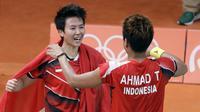Tontowi Ahmad dan Liliyana Natsir merayakan kemenangan usai meraih medali emas Olimpiade Rio 2016 setelah mengalahkan Peng Soon Chan dan Liu Ying Goh dari Malaysia.(AP/Mark Humphrey)