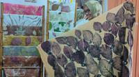 Yuli Hastuti pelaku UMKM asal Cirebon yang mencetak bahan alam diatas kain bernama Ecoprint. Foto (Liputan6.com / Panji Prayitno)