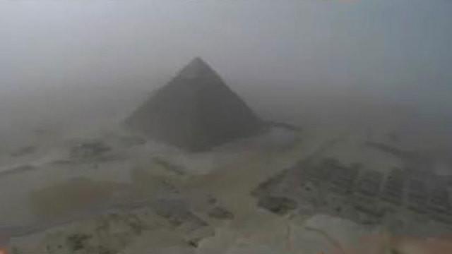Seorang pemuda yang tengah berwisata ke Mesir nekat memanjat piramida di Giza. Setelah melaksanakan niatnya, pemuda ini  sempat ditahan.