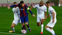 Penyerang Barcelona, Lionel Messi menguasai bola saat pemain Ferencvaros berusaha menghentikannya pada laga pertama Grup G Liga Champions 2020-2021 di Camp Nou, Rabu (21/10/2020) dini hari WIB. Main dengan 10 pemain, Barcelona mampu mencukur Ferencvaros 5-1. (AP Photo/Joan Monfort)