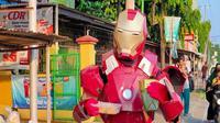 Penampakan Iron Man berjualan aneka takjil di jalan Raya Gunung Jati Cirebon dalam sebuah Cosplay. Foto (Liputan6.com / Panji Prayitno)
