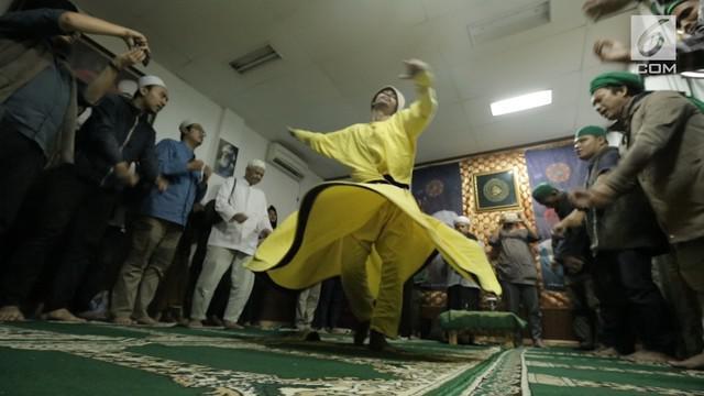 Jaya pernah melewati masa kelam. Kini ia hijrah mencoba menemukan Tuhan lewat tari sufi yang ia lakoni 9 tahun belakangan.