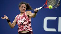 Petenis Swiss, Patty Schnyder mengembalikan bola Maria Sharapova dari Rusia selama putaran pertama tunggal putri turnamen tenis AS Terbuka 2018 di New York, (28/8). (AP Photo/Julio Cortez)