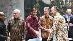 Sejumlah delegasi anggota Dewan Keamanan PBB mengenakan batik saat mengikuti sidang Dewan Keamanan PBB di New York, Amerika Serikat, Selasa (7/5/ 2019). Delegasi yang mengenakan batik di antaranya dari Amerika, Prancis, Peru, China, Jerman, dan Pantai Gading. (Liputan6.com/Pool/Kemenlu)