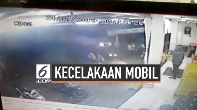 Sebuah mobil menabrak tukang parkir dan penjual cuanki yang tengah mangkal di Jalan Otista, Garut. Mobil melaju kencang dari arah Bundaran Simpang Lima.