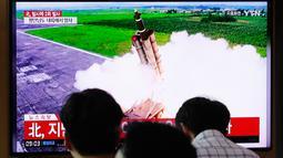 Orang-orang menonton TV yang menunjukkan peluncuran rudal Korea Utara di Stasiun Kereta Seoul, Korea Selatan, Selasa (10/9/2019). Korea Utara dilaporkan meluncurkan proyektil sehari setelah mereka menyatakan setuju untuk melanjutkan dialog denuklirisasi dengan AS. (AP Photo/Ahn Young-joon)