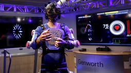 Seorang relawan menggunakan kostum Genworth R70i Aging Experience di Liberty Science Center di Jersey City , New Jersey, (5/4).Biasanya bila kita menggunakan kostum robot kita akan menjadi kuat, kostum ini malah sebaliknya. (REUTERS / Shannon Stapleton)