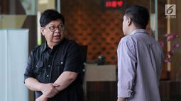 Mantan Menteri BUMN Laksamana Sukardi (kiri) berbincang usai menjalani pemeriksaan penyidik di Gedung KPK, Jakarta, Rabu (10/7/2019). Sukardi diperiksa untuk tersangka Sjamsul Nursalim terkait dugaan korupsi penerbitan surat keterangan lunas (SKL) BLBI. (merdeka.com/Dwi Narwoko)