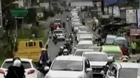 Jumlah kendaraan warga yang hendak menghabiskan waktu liburan di kawasan Puncak, Kabupaten Bogor, Jawa Barat terus bertambah (Liputan 6 SCTV)
