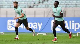 Pemain Portugal Domingos Duarte (kiri) dan rekan satu timnya melakukan pemanasan dalam sesi latihan di Baku (6/9/2021). Di laga Grup A sebelumnya, Portugal menang dramatis 2-1 atas Republik Irlandia berkat sepasang gol sang kapten Cristiano Ronaldo. (AFP/Toflik Babayev)