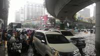 Ada Genangan, lalu lintas di Simpang Matraman macet (Liputan6.com/ Ahmad Romadoni)