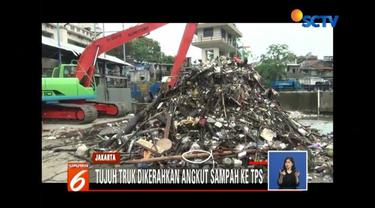 Sembilan unit truk dikerahkan untuk mengangkut tumpukan sampah yang menggung di TPS Muara Baru, Penjaringan, Jakrta Utara.