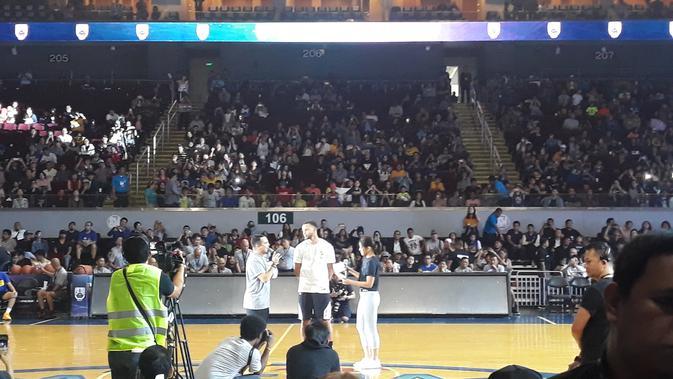 Bintang NBA, Stephen Curry, menyapa penggemarnya di Mall of Asia Arena, Manila, Jumat (7/9/2018). (Bola.com/Yus Mei Sawitri)